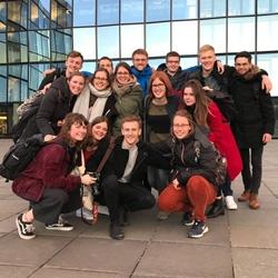 Stipendiatinnen und Stipendiaten vor dem Hochhaus der Süddeutschen Zeitung