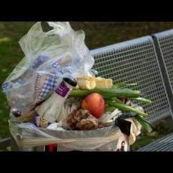 Embedded thumbnail for Aussortiertes aufgetischt: Wie Foodsaver Lebensmittel retten